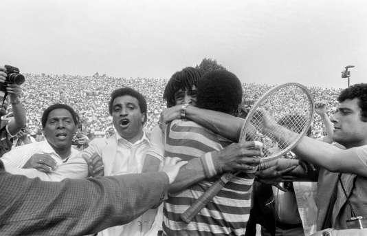 Yannick Noah dans les bras de son père après sa victoire à Roland-Garros en 1983.