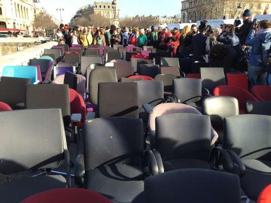 Cent quatre-vingt-seize chaises réquisitionnées dans des banques et rendues, le8février2016, à proximité du palais de justice de Paris, à l'occasion de l'ouverture du procès Cahuzac.