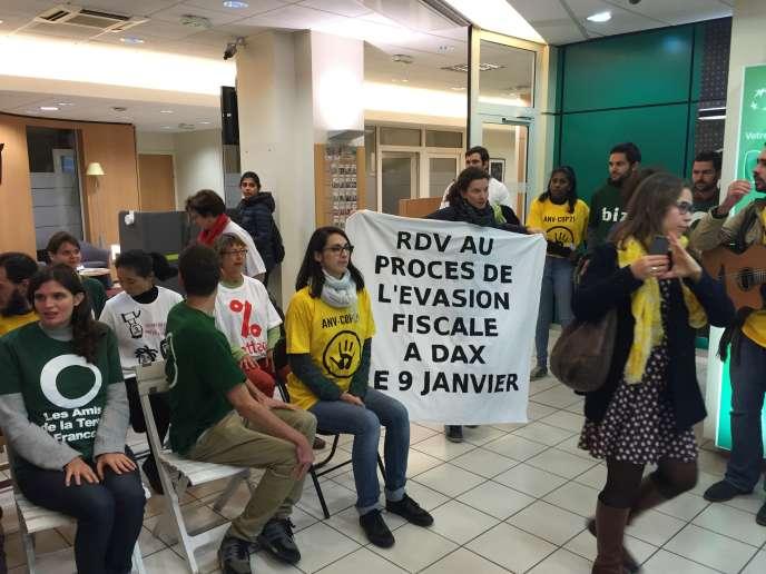 Action dans une succursale de la BNP, le 2 novembre 2016 à Paris, pour annoncer le «procès de l'évasion fiscale» à Dax, le 9 janvier.