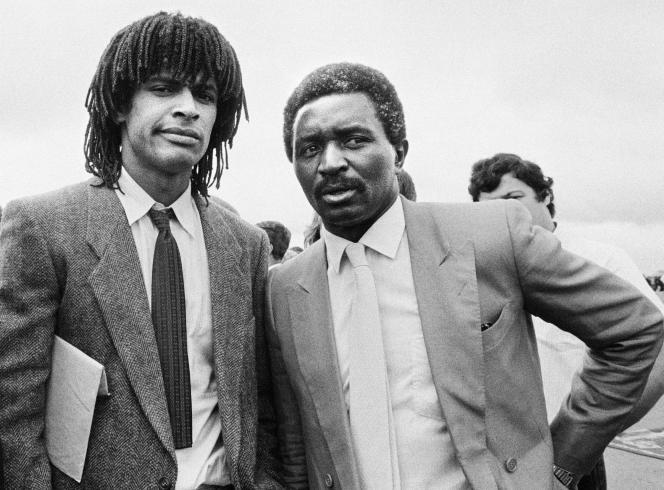 Zacharie Noah avec son fils Yannick en juin 1983 à Yaoundé, au Cameroun.