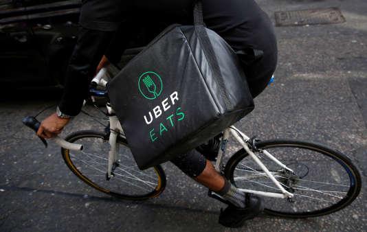 Livraison de repas de la société américaine UberEats, à Londres, le 7 septembre 2016.
