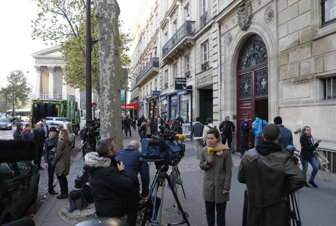 Devant la résidence de Kim Kardashian, rue Tronchet à Paris, le 3 octobre 2016.