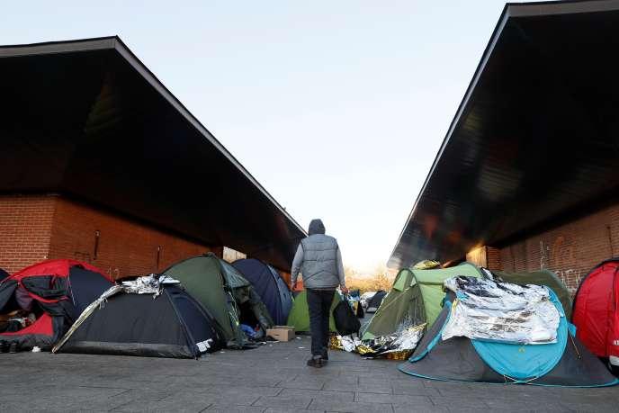 Des migrants installés à Saint-Denis, non loin de la porte de La Chapelle.