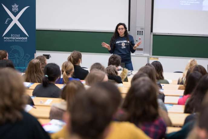 La polytechnicienne Sarah Kassimi présente l'X à des jeunes filles en terminale scientifique