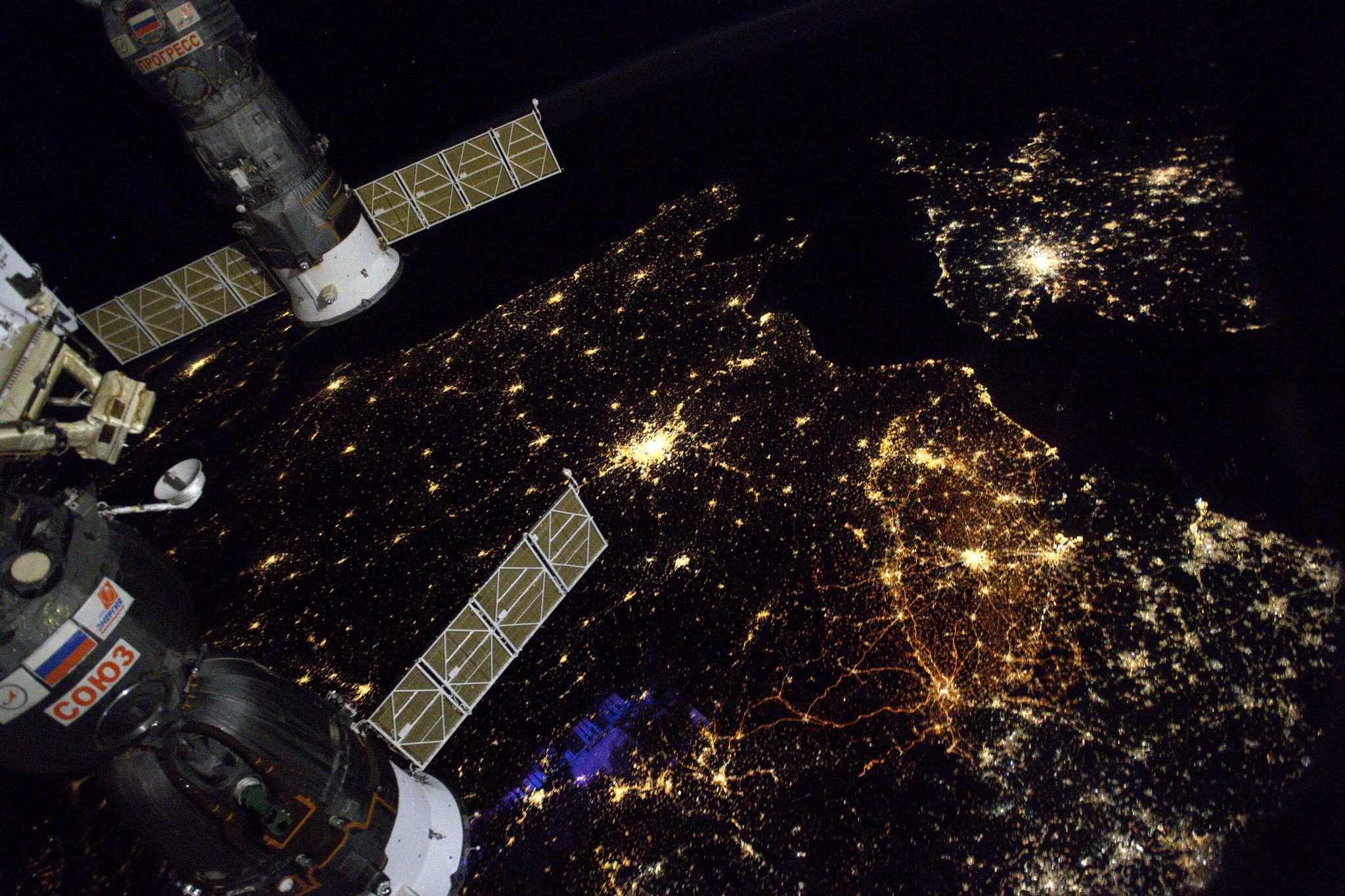 Le nord de la France se dessine même de l'espace : on y distingue Paris, tache brillante au centre de la photo, la métropole européenne de Lille (MEL) à droite, qui laisse apparaître son tissu urbain continu, et la Belgique.