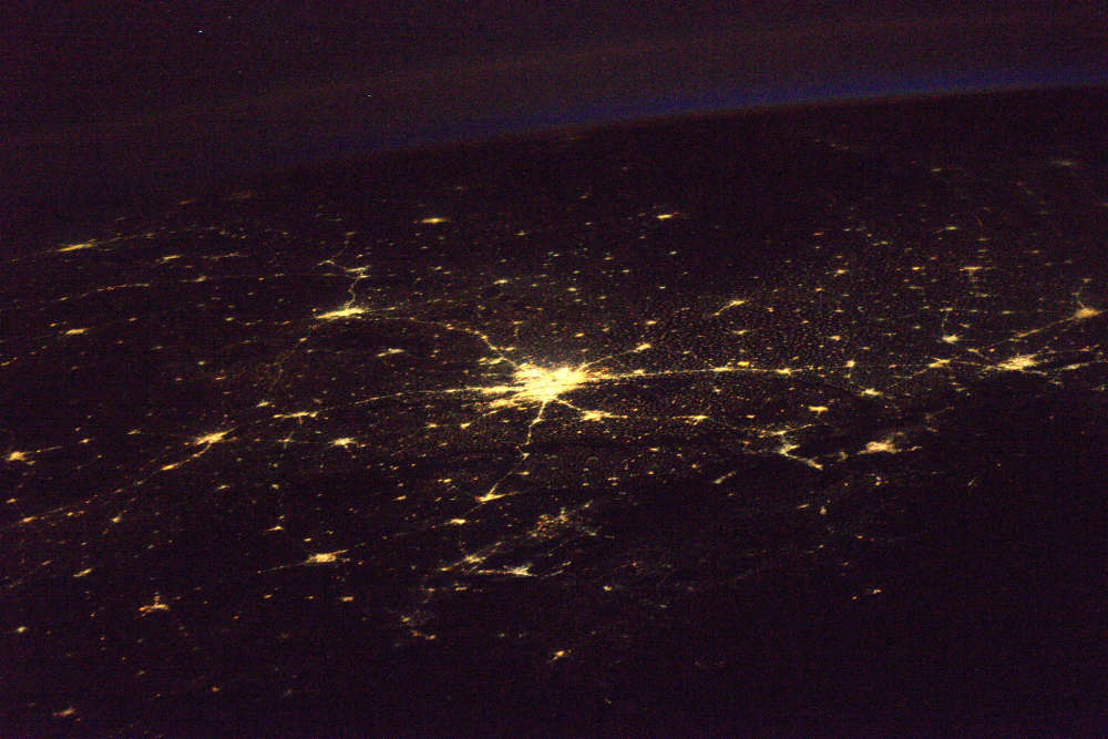 Delhi brille. Avec une densité de 11 297 habitants par kilomètre carré, la ville d'Inde du Nord abrite plus de 16 millions et demi d'habitants. Le pays se classe au troisième rang mondial, après les Etats-Unis et la Chine, pour la consommation énergétique. Le 27 décembre 2016, les autorités de New Delhi ont présenté leur projet de stratégie électrique à moyen terme. Surprise : elles veulent multiplier par six leur capacité solaire en six ans et ont promis de continuer leur conversion aux énergies renouvelables.