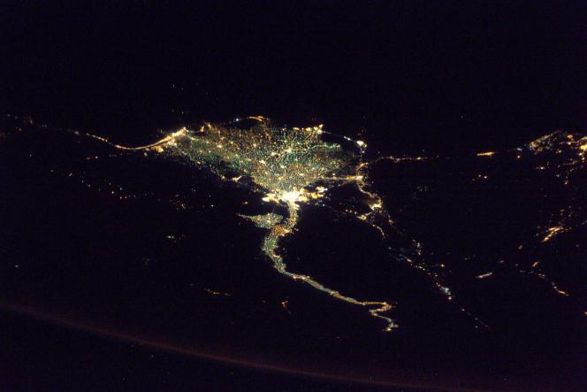Le Nil, son delta et la ville du Caire, en Egypte, vus de l'espace. Cette prise de vue de nuit montre bien la concentration de la population le long des rives du fleuve.