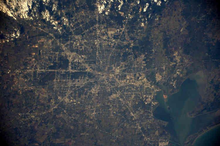 Quadrillage typique, la ville américaine de Houston, au Texas, est la plus grande du sud des Etats-Unis avec plus de 2 millions d'habitants. En 2008, l'Etat texan inaugurait la plus large autoroute du monde, avec 26 voies, appelée « Katy Freeway » (la ligne centrale traversante d'ouest en est sur la photo). Mais l'autoroute n'a pas eu les effets escomptés. Selon les données du Houston Transtar data analysées par le journal « Houston Tomorrow » en 2015, il faut 51% de temps supplémentaire en 2014 par rapport à 2011 pour rejoindre le centre-ville d'Houston en passant par cette autoroute.