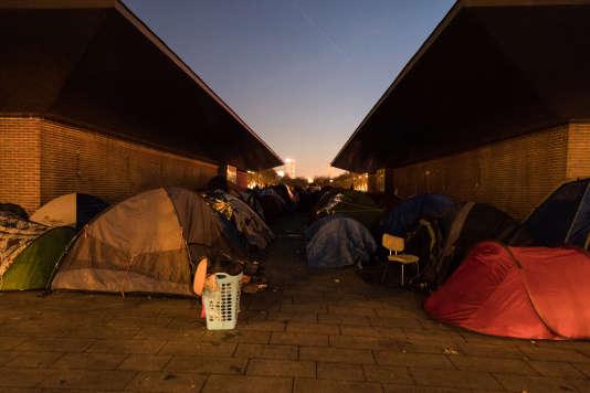 Campement de fortune de réfugiés installé sur l'allée centrale de l'avenue du Président-Wilson à Saint-Denis en décembre 2016.
