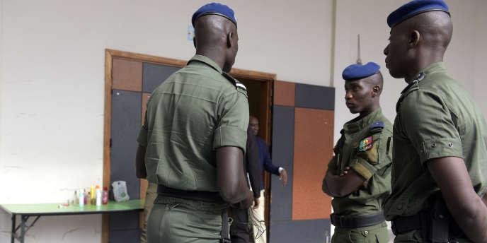 Des soldats surveillent l'entrée de la courà Dakar, le 9 janvier 2017, au premier jour du procès en appel de l'ex-président tchadien Hissène Habré.