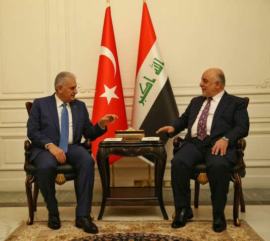 Le premier ministre turc, Binali Yildirim, au côté de son homologue irakien, Haider Al-Abadi, à Bagdad, le 7 janvier.