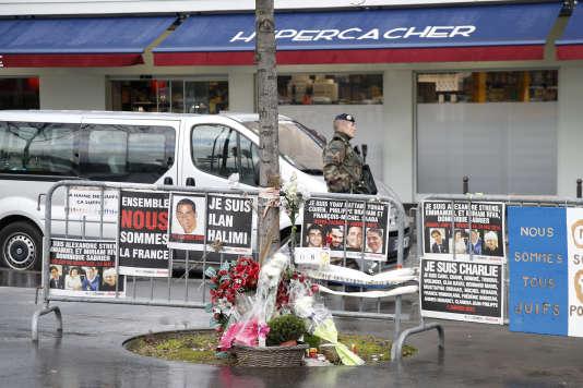 Le 6 janvier 2016, des fleurs et des messages déposés en hommage aux victimes de l'Hypercarcher, tuées par Amedy Coulibaly, le 9 janvier 2015 à Vincennes.