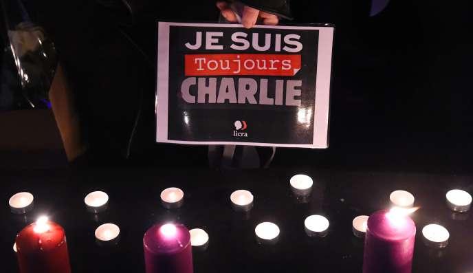 Rassemblement en hommage aux victimes des attentats de janvier 2015 sur la place de la République à Paris le 7 janvier.