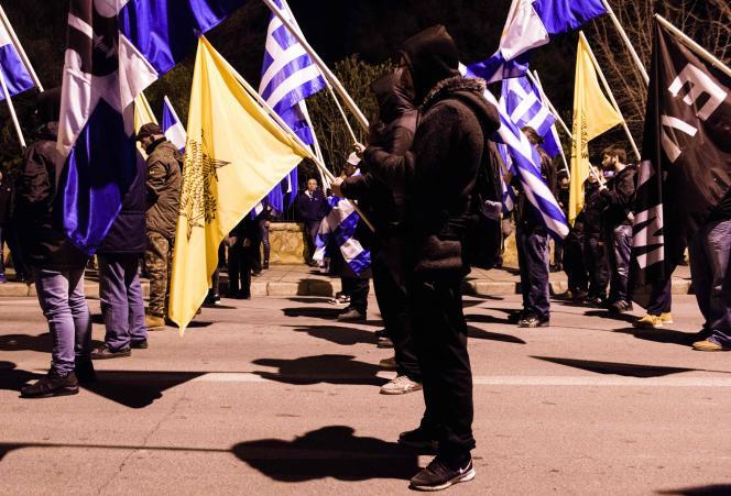 Des membres et partisans du Front populaire national (ELAM), parti d'extrême droite chypriote favorable au nationalisme grec, manifestent contre la reprise des pourparlers de paix entre les dirigeants chypriotes grec et turc devant l'ambassade de Grèce à Nicosie, le 9 janvier 2017.