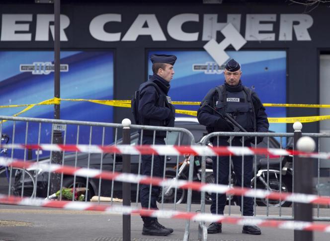 Des policiers devant le supermarché Hyper Cacher, le 10 janvier 2015. Quatre ans après les attentats,le parquet a requis le renvoi de 14 personnes devant les assises spéciales, le 21 décembre 2018.