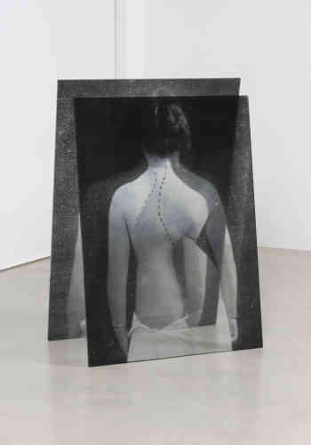 « Laurila Milja est passionnée par l'histoire de la médecine et par les photos de patients. Elle a collecté des images d'archives médicales qu'elle a imprimées sur du verre acrylique. Le rendu est des silhouettes diaphanes presque immatérielles, en apesanteur. Les corps, placés face au mur, prennent forme en trois dimensions. Lorsque le spectateur se promène autour de ces pièces, l'image change constamment en fonction du point de vue. L'image scientifique prend vie.»