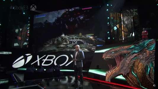 Le créateurHideki Kamiya fait la démonstration de« Scalebound» sur la scène de l'E3.