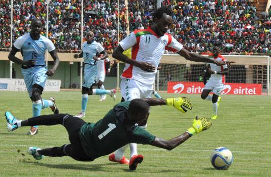Le Burkinabé Jonathan Pitroipa dribble le gardien du Bostwana Dembe Kabelo lors d'une match qualificatif pour la Coupe d'Afrique des Nations 2017.
