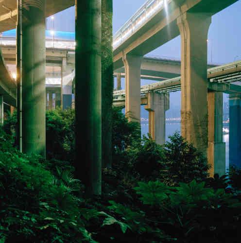 «Tim Franco découvre en 2005 la ville de Chongqing, en amont du barrage des Trois Gorges, en Chine. Depuis, il n'a de cesséde la photographier en pleine expansion et mutation. Buildings, ponts, routes émergent des terres cultivées. La population est déplacée, elle est aussi une des plus denses du monde. Ce travail nous raconte la manière dont les habitants ont réussi à s'adapter à ce développement si radical.»