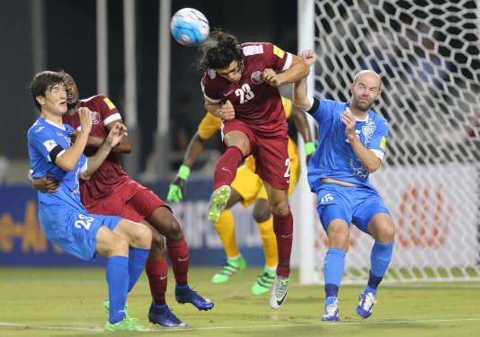 Le Qatari né Uruguayen Sebastian Soria à la lutte avec l'Ouzbekistanais Alexander Geynrikh, en match éliminatoire pour la Coupe du monde 2018.