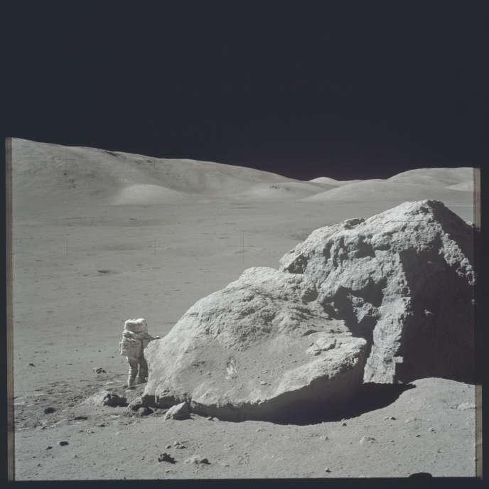 Récolte de roche lunaire lors dela mission Apollo 17, en décembre 1972.L'étude des roches rapportées de notre satellite entre 1969 et 1972 à l'occasion du programme lunaire américain a montré que leur composition isotopique était quasiment identique à celle des roches terrestres.