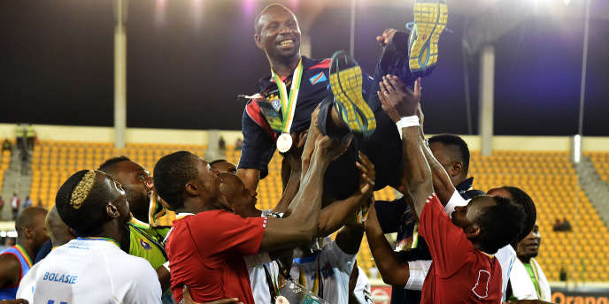 Les Léopards du RD Congo portent en triomphe leur sélectionneur Florent Ibenge pour fêter leur troisième place lors de la CAN 2015 à Malabo (Guinée équatoriale), le 7 février 2015.