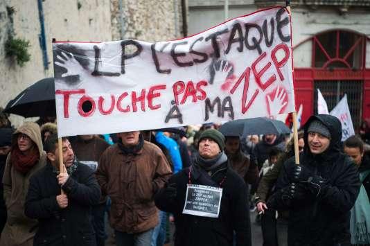 Sous la pluie froide sous laquelle ils ont défilé, les enseignants ont souligné l'importance de l'éducation prioritaire « dans la grande ville la plus pauvre de France », Marseille.