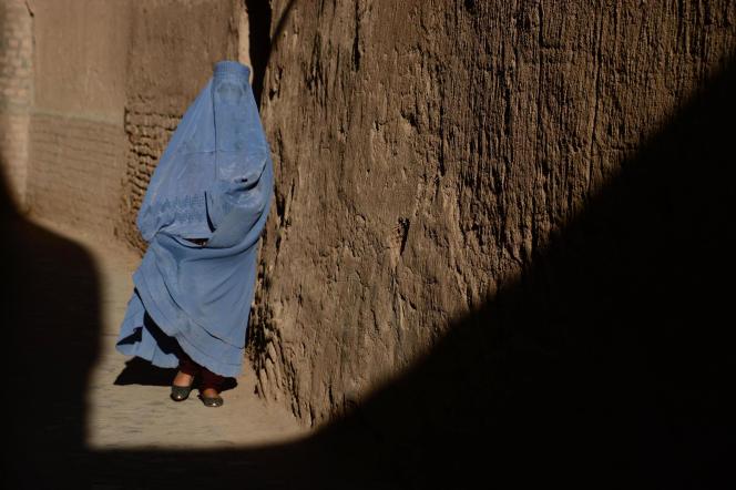 Une femme portant une burqa, le 29 mai 2016, à Hérat, en Afghanistan.