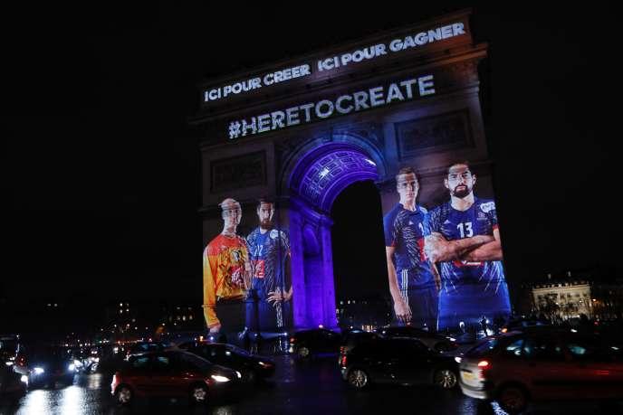La photo dehandballeurs français, dont Nikola et Luka Karabatic, projetée sur l'Arc de Triomphe, le 10 janvier 2017, à l'occasion du25e championnat du monde organisé en France.