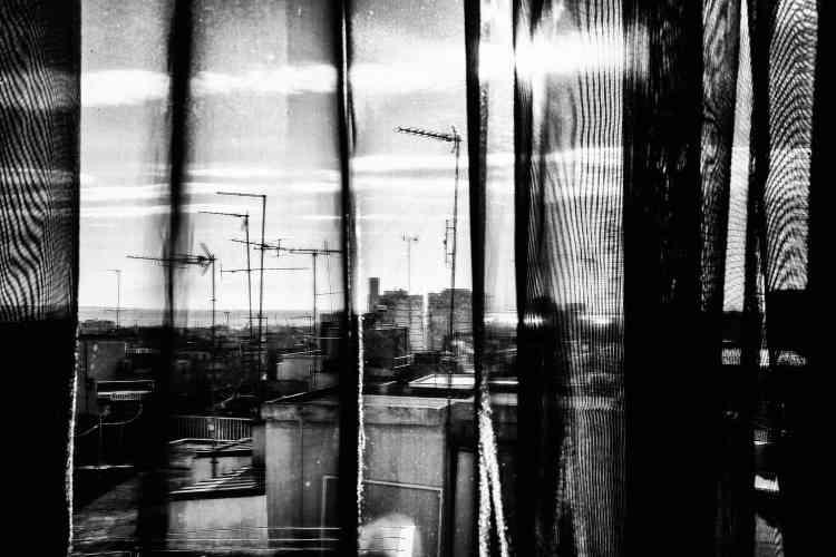 «En arpentant constamment la ville, l'humain finit par faire corps avec elle, le regardeur épie, guette, observe. Ces séquences aux atmosphères surréalistes recollées et mises bout à bout finissent par constituer un autoportrait.»