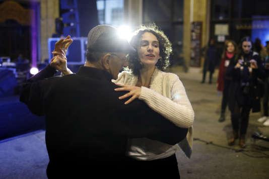 Un Chypriote grec et une Chypriote turque dansent ensemble lors du Compte à rebours vers la paix, un événement organisé à Nicosie, le 8 janvier.