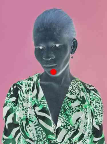«Au premier coup d'œil, on ne remarque pas que les images sont des négatifs. Pour voir les originaux, il faut fixer le point rouge et ensuite regarder une surface blanche. Ce travail montre des portraits d'albinos, minorité toujours discriminée.»