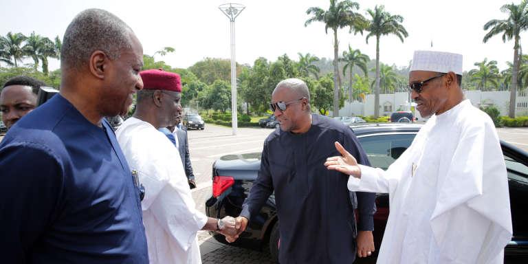 Le président nigérian Muhammadu Buhari (dr.) accueille à Abuja l'ex-président du Ghana John Mahama, le 9 janvier 2017, pour une deuxième réunion destinée à dénouer la crise gambienne.
