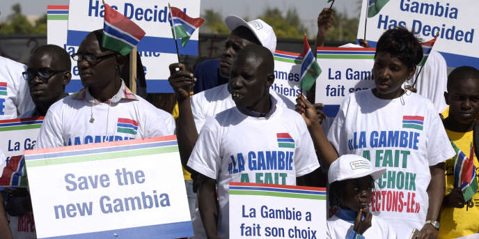 Manifestation à Dakar pour le respect des résultats de la présidentielle gambienne du 1er décembre 2016 qui ont consacré la défaite de Yahya Jammeh contre son opposant Adama Barrow.