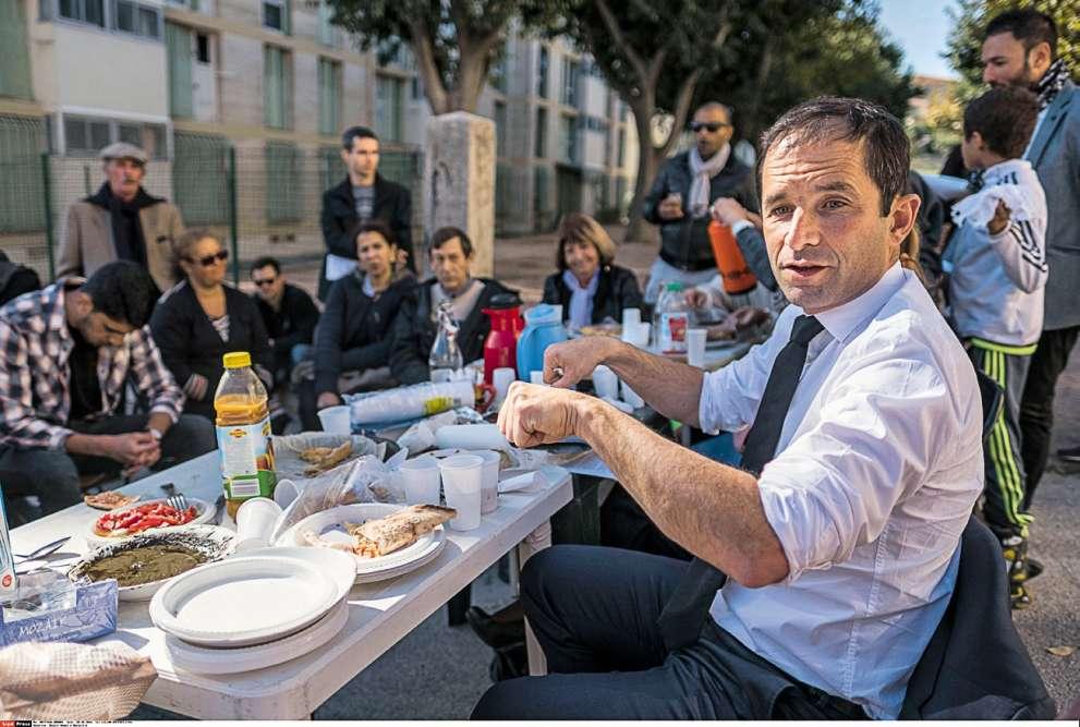 Trois ans après, Benoît a faim, très faim. Attablé, tout seul, devant une rangée d'habitants de la cité de la Rouguière à Marseille, l'outsider favori de la primaire à gauche tente de séduire. Sans se salir. Voilà sans doute pourquoi il a roulotté les manches de sa chemise. Mais chacun le sait: c'est surtout la cravate qui trempe dans l'assiette, pas les manches. Là-dessus, il n'y a pas débat.