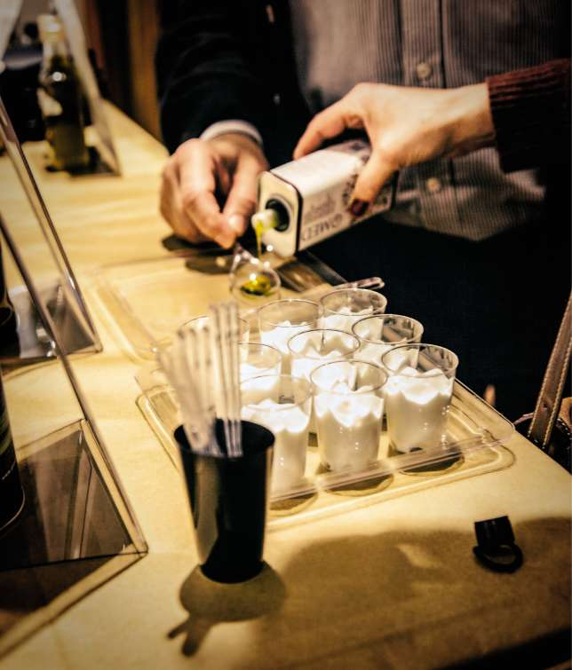 Tel un grand vin,l'huile d'olivese déguste au verre (ici lors des Olio Nuovo Days de 2016).