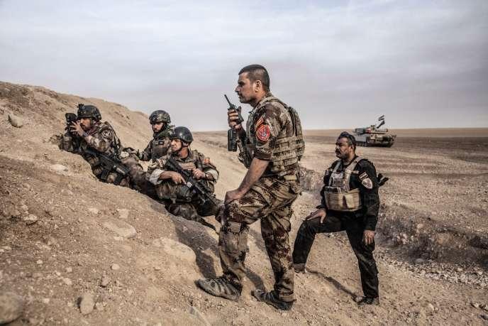 Le major Salam Jassem Hussein (debout), commandant du 2ebataillon d'ISOF-1, et le sergent Haider Fakhri (à sa droite) lors de la reprise du quartier de Gogjali, à l'est de Mossoul, le 1ernovembre 2016.