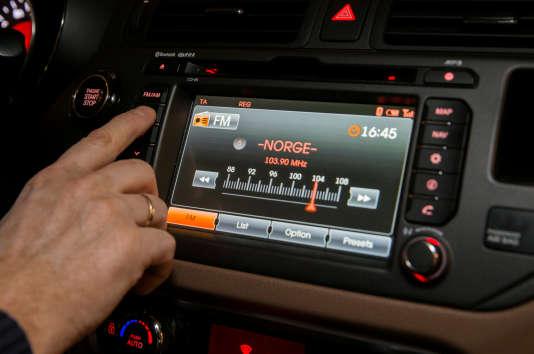 Une radio FM dans une voiture en Norvège.