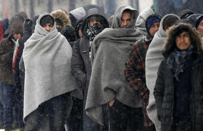 Migrants faisant la queue pour un repas à Belgrade (Serbie) le 10 janvier.