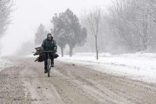 Un homme à vélo lors d'importantes chutes de neige dans la banlieue de Sofia. En Bulgarie, les températures ont atteint -18°C, le 10 janvier 2017.