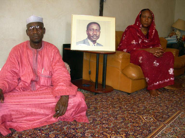 Sadia Brahim, l'épouse du leader d'opposition tchadien Ibni Oumar Mahamat Saleh, et son cousin Moussa Mahamat Saleh, avec un portrait du disparu, à N'Djamena, en mai 2008.