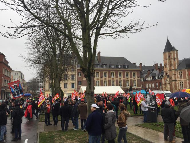 Quelque trois cents militants CGT, au plus fort de la manifestation, étaient présents, mercredi 11 janvier, devant le tribunal d'Amiens, pour soutenir les huit ex-salariés de Goodyear.