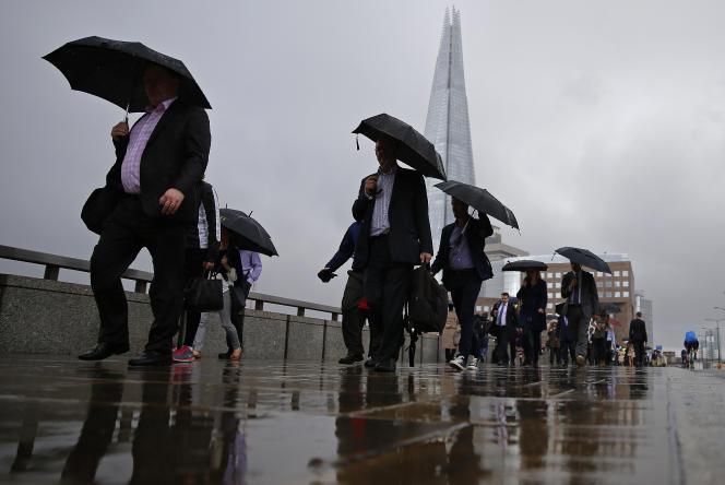 Des travailleurs de la City sur le London Bridge, en juin.