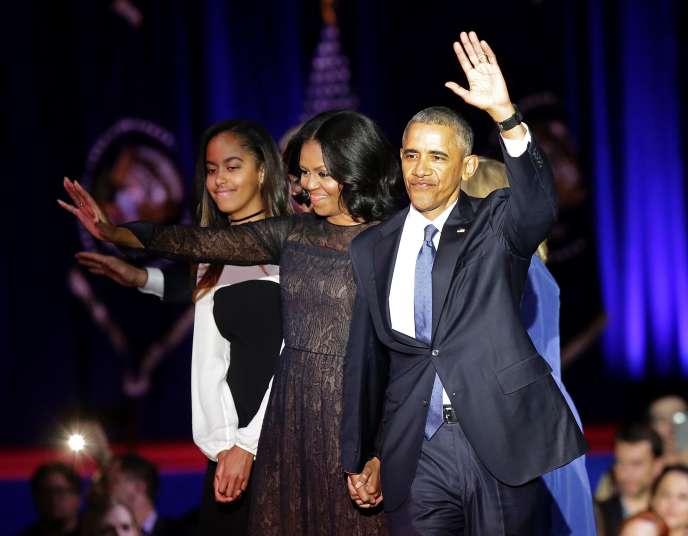 La première dame Michelle Obama, le président américain Barack Obama et leur fille Malia saluent leurs partisans lors du discours d'adieu à Chicago, dans l'Illinois, le10janvier, 2017.
