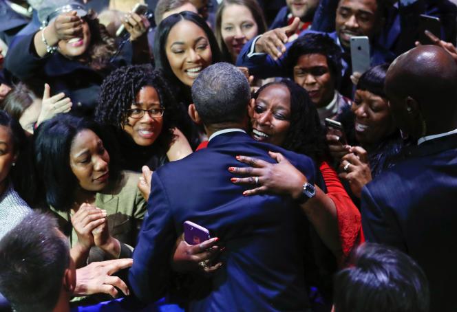 Barack Obama félicité par une femme venue le soutenir lors de son discours à Chicago, le 10 janvier.
