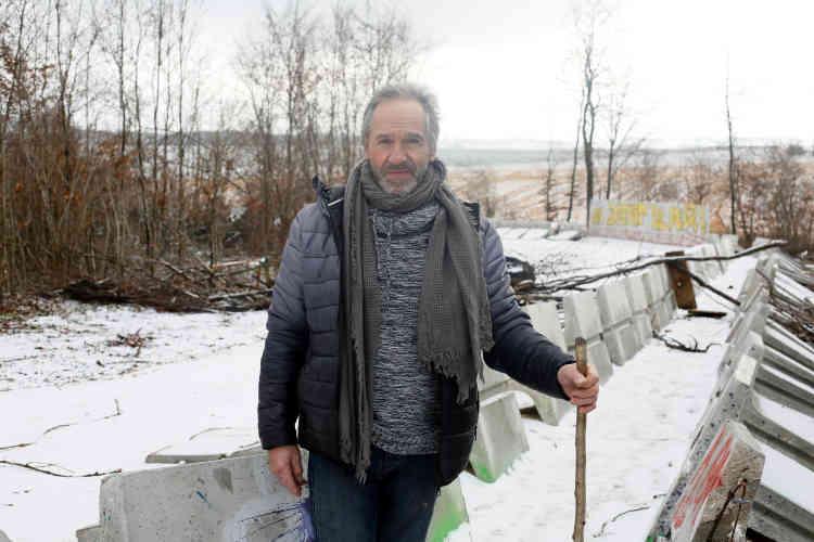 Habitant de Mandres-en-Barrois, où il a accompli trois mandats de conseiller municipal, Michel Labat, 69 ans, ancien peintre en bâtiment, est solidaire des occupants du bois Lejuc. «On nous avait promis des emplois, des écoles d'ingénieurs... mais c'est le néant », déplore-t-il. Qu'il vente ou qu'il neige, il vient tous les jours dans «sa forêt». «Les jeunes qui se battent ici, je leur tire mon chapeau, dit-il. Ils défendent une belle cause.»