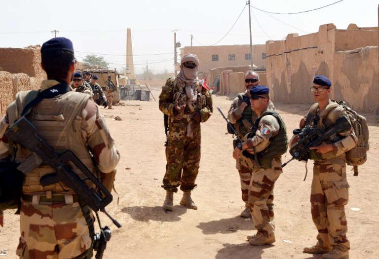 Des soldats français de l'opération «Barkhane» patrouillent aux côtés d'anciens rebelles touaregs de la Coordination des mouvements de l'Azawad (CMA), le 25 octobre 2016 à Kidal, dans le nord du Mali.
