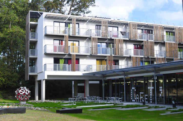 Composée de 78 logements de type T1 répartis autour d'un jardin paysager, la résidence Pierre Bidart se situe à Anglet, près du campus de Montaury. Au rez-de-chaussée, le RestoU propose 330 places et possède de larges baies ouvertes sur jardin et partie boisée.