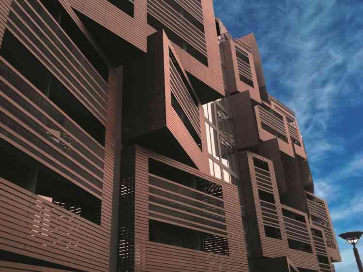La résidence Delphine Seyrig propose 184 logements dans le 19e arr. Les étudiants bénéficient de nombreuses salles de travail et de près de 400 m² d'espaces verts. Conçue par le cabinet d'architecture OFIS, la résidence a reçu le prix ArchiDesignClub Awards dans la catégorie « Logements étudiants/jeunes travailleurs ».
