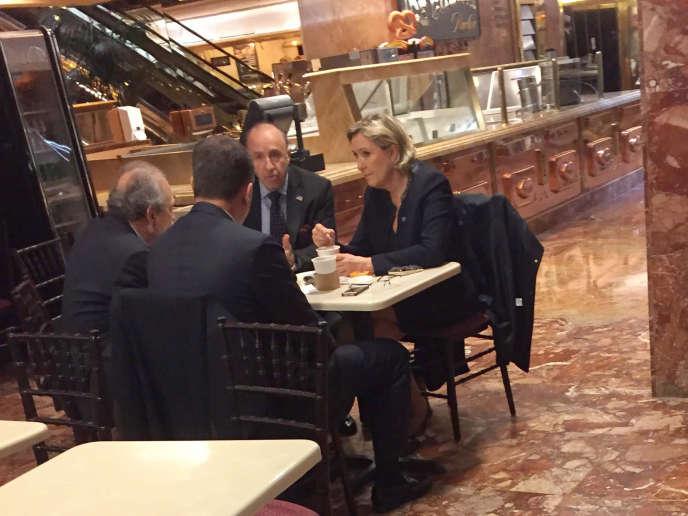 Accompagnée de Louis Aliot, Marine Le Pen a pris un café dans la Trump Tower à l'occasion d'une « visite privée» ce jeudi 12 janvier.